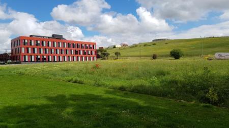 parking del edificio rojo