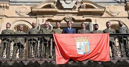 entrega de una bandera de Salamanca al Regimiento de Ingenieros