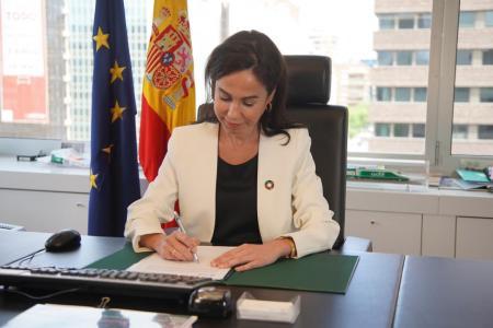 La presidenta de #Adif_AV, Isabel Pardo de Vera, firma los Acuerdos Marco con las empresas ferroviarias  @Renfe  Viajeros, Ilsa y Rielsfera.