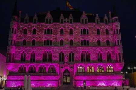 Casa Botines luce de color rosa con motivo del Día Mundial Contra el Cáncer de Mama