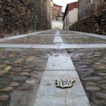 Símbolo de la Red de Juderías en la muralla de León