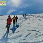 La estación de esquí 'Sierra de Béjar - La Covatilla' se moderniza con un nuevo software que permitirá a los usuarios adquirir los servicios de la estación de manera digital. Planes inmediatos y a medio y largo plazo para la mejora de la estación de esquí Béjar, 26 de octubre de 2021. Esta mañana, la alcaldesa de Béjar, Elena Martín Vázquez, ha comentado ante los medios de comunicación de la ciudad los proyectos que hay en marcha para la estación de esquí Sierra de Béjar - La Covatilla. Además de los proyectos incluidos en el Plan de Reindustrialización, se llevan a cabo otras mejoras de forma inmediata y de actuaciones que ya estarán operativas en la inauguración de la nueva temporada de La Covatilla 2021/2022. En este sentido, Elena Martín Vázquez, ha destacado que el objetivo que se había propuesto el equipo de gobierno para esta temporada es la modernización de las instalaciones de la estación de esquí Sierra de Béjar – La Covatilla. La actuación más importante es un nuevo software, que está acabando de implantarse, para que esté en pleno funcionamiento al inicio de la temporada. El nuevo programa informático de gestión y compra permitirá realizar todas las operaciones con la estación de esquí de manera telemática, es decir, entre otras cosas, podrán adquirirse los 'forfait' para llevarlos en formato digital y acceder a las instalaciones a través de nuevos tornos habilitados para ello. Además, se podrán alquilar los equipos de esquí, reservar clases, monitores, adquirir un menú en la cafetería o comprar todo lo que tenga disponible la tienda de la estación. Para esta temporada se han hecho mejoras de mantenimiento como el acortamiento del cable del telesilla, porque con el uso pierde tensión y se hace un ajuste, o la renovación de la línea de seguridad por si hubiera algún corte de luz durante el uso del telesilla, además de las obras de mantenimiento habituales y actualización de servicios. Hay otros proyectos de mejora y mantenimiento que se hacen desde 2019 c