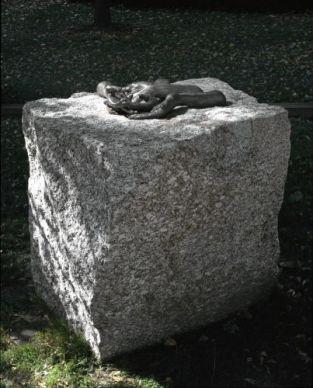 Louise Bourgeois, TheWelcomingHands, 1996. 6 éléments indissociables, bronze patiné au nitrate d'argent sur blocs bruts de granit Centre national des arts plastiques