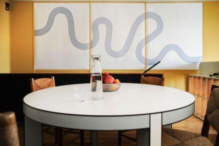 Pierre Charpin, Table haute (Post Design), 1998. Plastique stratifié, bois laqué. © P. Savoir & Fondation Le Corbusier / ADAGP