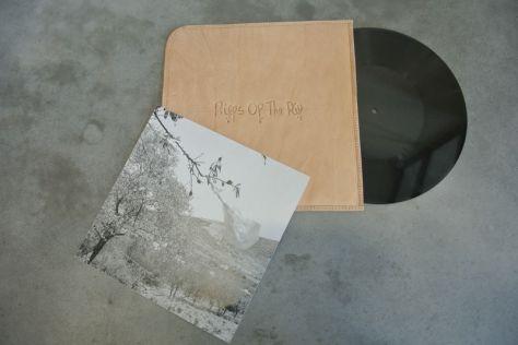 Olivier Millagou, Riffs of the Rif, 2014. 20 disques vinyls et pochettes en cuir. Production : Trankat, Espace d'Art Le Moulin