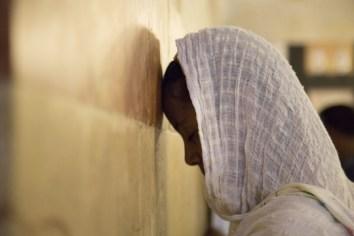 Musulmane en prière contre le cénotaphe de Rébecca dans la mosquée du caveau des Patriarches, Manoël Pénicaud, Hébron, Palestine, 2014