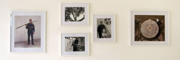 François Lagarde « Artistes et Philosophes », à la Galerie AL/MA. Toni Grand, Daniel Dezeuze (dans un arbre), Vincent Bioules (atelier), Daniel Dezeuze. Photographie François Lagarde