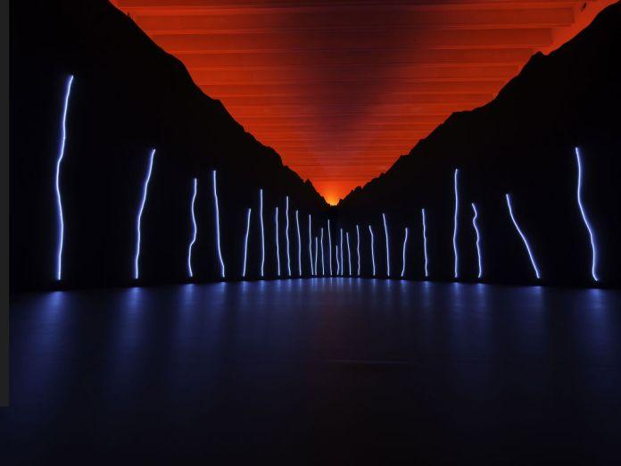 Claude Lévêque, « Le Bleu de l'Oeil » au musée Soulages. Néon bleu. Photographie : Fabrice Seixtas