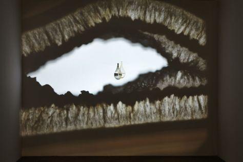Francisco Tropa, Purgatorio, projection de lumière, lames d'agate et verre soufflé, 2013. Crédit : Jean-Christophe Lett