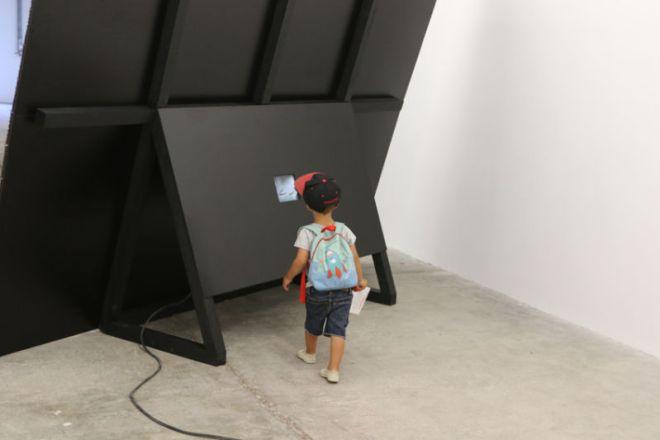 Antoine Dorotte, Sur un coup d'surin (Replay), 2013 - 256 plaques gravées, eau-forte et aquatinte, bois, néon, vidéoprojection - photo de Agnès Mellon