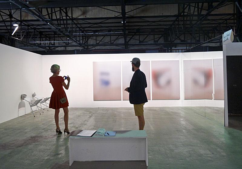 Galerie Neumeister Bar-Am (Berlin), artistes : Rachel de Joode et Kate Steciw avec Harm van der Dorpel ©jcLETT