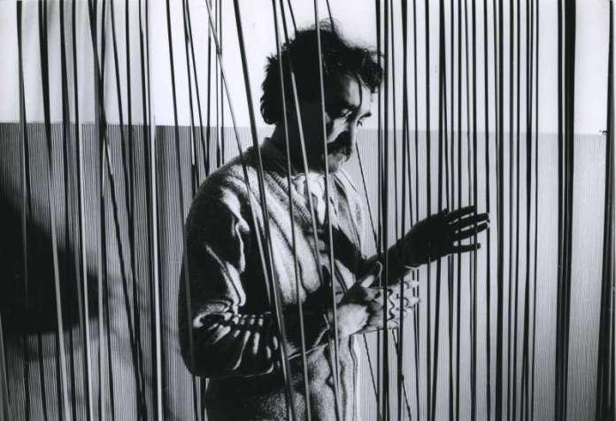 Jesús Rafael Soto, Volume suspendu, 1968 (Soto, Atelier rue des Blancs Manteaux, Paris, 1968, Photo de Michel Desjardins)