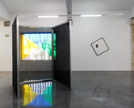 Cécile Bart, Rester et Ross Hansen, Framing and Hanging, 2012 - Se souvenir des Belles Choses, vue de l'exposition au MRAC Sérignan