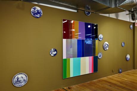 Collection d'assiettes en faïence de Pascal Pinaud, Vue d'atelier #13 de Xavier Theunis… Serial Painter à la Galerie du 5ème, Marseille - Photo : J.C. Lett ©jcLett