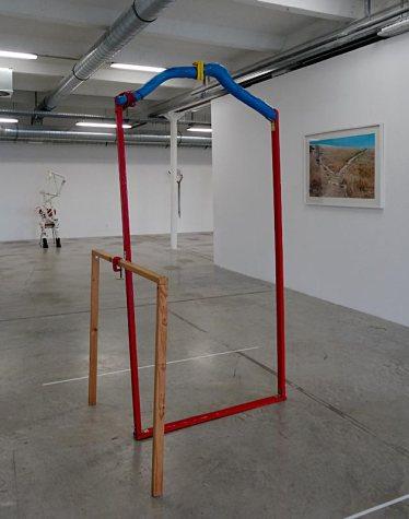 Les Possédés - Chapitre 2 - Jimmie Durham : Arc de triomph for personal use, 2005, bois et métal peint, 215 x 115 x 69 cm. Collection Josée et Marc Gensollen.