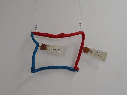 Les Possédés - Chapitre 2 - Jimmie Durham : Suck Cess, 1992, techniques mixtes, 54 x 81 x 19 cm. Collection Pailhas