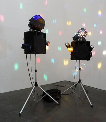 Les Possédés - Chapitre 2 - Saâdane Afif, Bar des Héros, 1999. Sculpture sonore et lumineuse / Baffles, pieds, amplis, câblage et Ipod, 240 cm x dimensions variables, 100 kg. Collection Josée et Marc Gensollen.