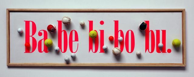 Taroop & Glabel Ba be bi bo bu 1993 texte adhésif, balles de tennis, golf et base-ball sur panneau de bois. Collection FRAC Languedoc-Roussillon © droits réservés Photo © FRAC Languedoc-Roussillon