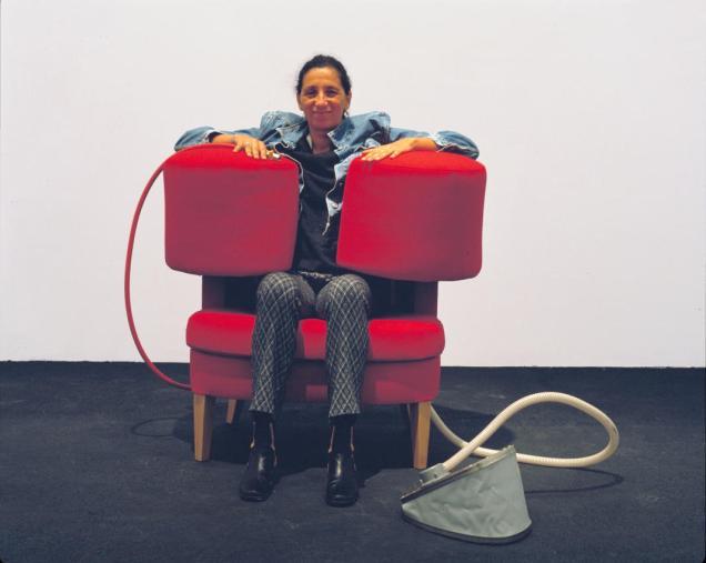 Wendy Jacob Squeeze Chair, (Red Wool) 1997 fauteuil et système de gonflage. Collection FRAC Languedoc-Roussillon © droits réservés Photo © FRAC Languedoc-Roussillon
