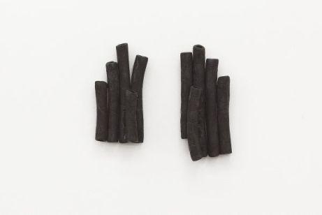 Davide Stucchi '... and, money.', 2015 Tuyaux en caoutchouc brûlés Courtesy de l'artiste