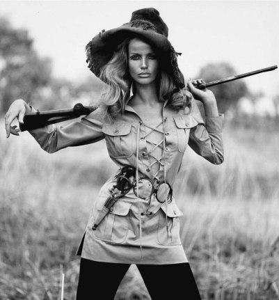 Veruschka en saharienne Yves Saint Laurent, photographiée par Franco Rubartelli pour le numéro de juillet-août 1968 de Vogue Paris