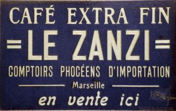 "Plaque cartonnée ""Café Le Zanzi"", vers 1925, 19,5 x31 cm. CCIMP Marseille-Provence. © Collection de la CCI Marseille-Provence"