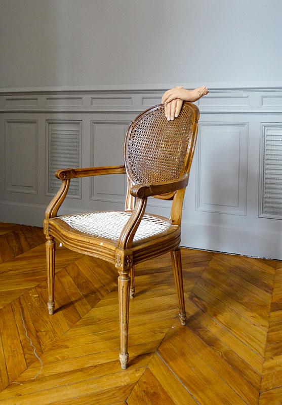 Urs Fischer, Untitled, 2015 - «Mon cher…» à la Fondation Vincent van Gogh Arles. Chaise trouvée en bois, corde, vis, silicone, pigments, colle silicone / Found wooden chair, string, screws, silicone, pigments, silicone adhesive Collection privée / Private collection