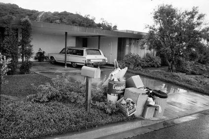 David Lowenthal, Jardin suburbain avant collecte des ordures ménagères, San Diego, California, 1965 – 1966 ©David Lowenthal