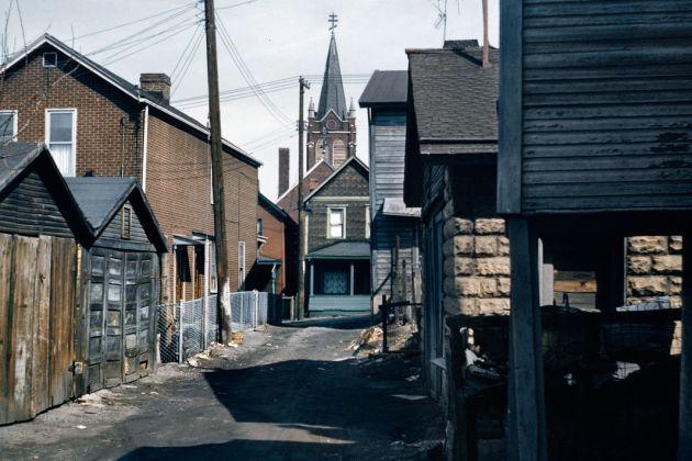 Allan B. Jacobs, Logements délabrés, quartier d'affaires, McKeesport, Pennsylvanie, 1959 © Allan B. Jacobs