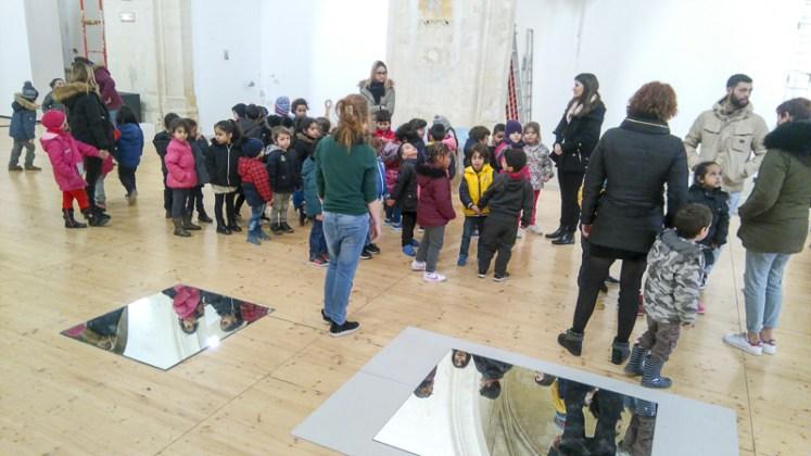 """Deux classes de la maternelle Louise-Michel en visite - photo """"Résidence lignes de vie"""""""