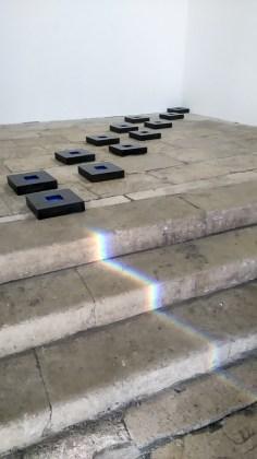 """Mehdi Moutashar, clin d'œil du soleil devant ses carrés magiques - photo """"Résidence lignes de vie"""""""