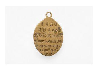 Plaque de chiffonnier, 1850, métal. Le dos de la médaille décrit les caractéristiques physiques de son détenteur. Mucem © Yves Inchierman / Mucem