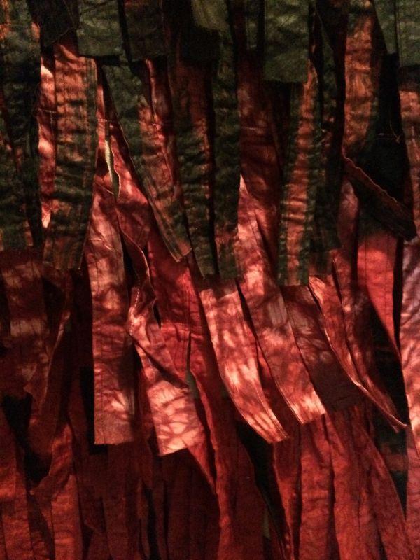 Abdoulaye Konaté, Plumage ocre numéro 2, fév. 2012 255 x 166 cm, tissu teint et cousu _ 224 x 157 cm, tissu teint et cousu COURTESY DE L'ARTISTE ET VIP GALLERY, Marseille