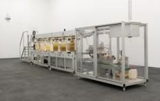 Wim Delvoye, Cloaca (N° 2) New and improved, 2001 - Machine, 200 x 1000 x 75 cm. Courtesy Wim Delvoye - «Sens dessus dessous (Le monde à l'envers)» au CRAC, en 2008 à Sète.