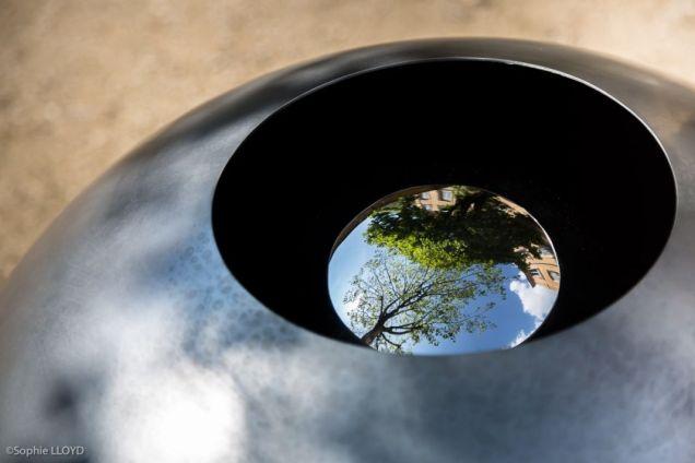 Vladimir Skoda, Sans titre (Horizon des événements) 1997-1999 Acier inox poli miroir, acier partiellement grenaillé. Ø 70 cm. Photo Sopie Lloyd - Caumont Centre d'Art