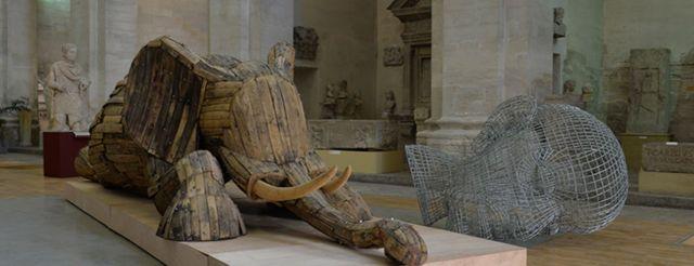 Andries Botha, Wounded Elephant, 2008, bois, rivets, aluminium, 160 x 600 x 150 cm. Photo Avignon.fr © 2017 - Tous droits réservés