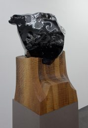 Jean-Michel Othoniel, Invisibility Face, 2015. Obsidienne, socle en bois de marronnier