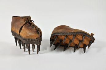 Chaussures à écorcer les châtaignes © MNHN photo Mucem
