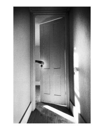 Ralph Gibson, Hand Through a Doorway from The Somnambulist, 1970 © Ralph Gibson - extrait de La Trilogie, 1970/1974. copyright. Ralph Gibson / Lustrum Press Inc.