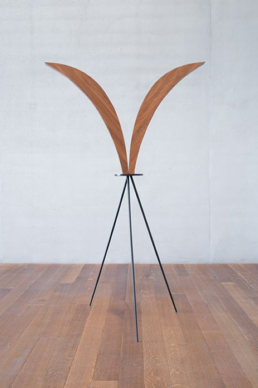 Iman Issa, Heritage Studies #7, 2015 wood, painted wood, 198x60x48cm, texte vinyle Courtesy Carlier / Gebauer, Berlin