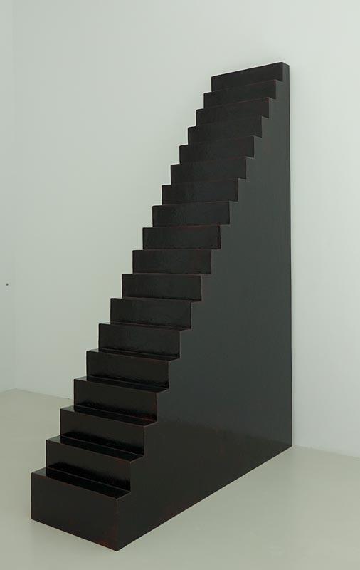 Wolfgang Laib, Escalier, 2002. Laque noire de Brimanie et bois Musée de Grenoble