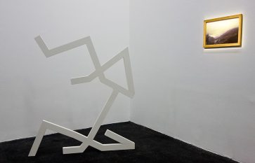 La Tempête au CRAC à Sète - Vue de l'exposition. Jacques Julien, Smith & Smith, 2017 et Martine Aballéa, Lac, 2001