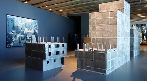ETH Zürich (Suisse), Département d'architecture, Maquette du quartier d'Ard-el-Liwa Le Caire 2015 et Marie Bovo, 5h45, Bâb-el-Louk , 2007 - Connectivités au Mucem - La Méditerranée aujourd'hui