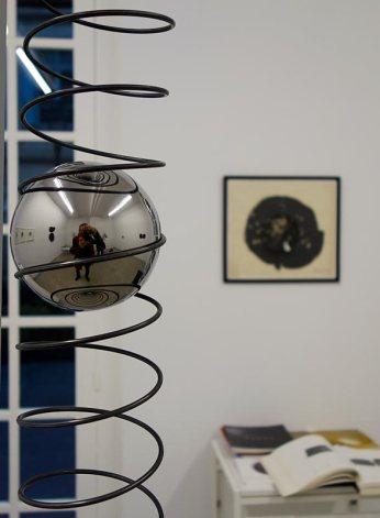Vladimir Skoda, Vers le haut, 2014, spirale en acier, 11x400 cm, sphère en acier inoxydable poli miroir, moteur électrique et transformateur, 10 kg