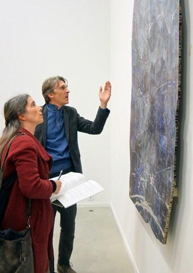 Crash Test à La Panacée #Montpellier - Nicolas Bourriaud devant une des œuvres de Estrid Lutz et Emile Mold