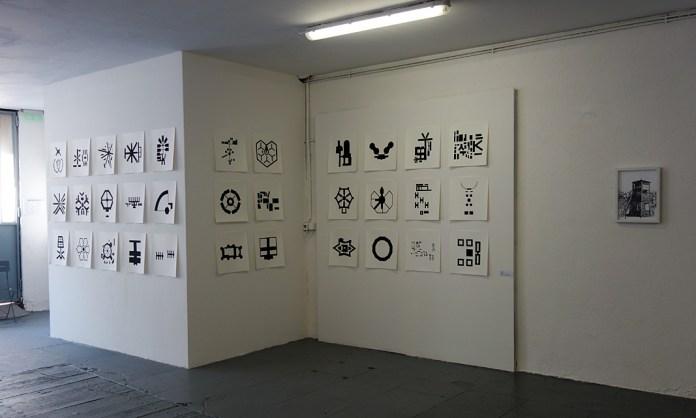 Laure Tixier, Map with a view (géométrie de l'enfermement), 2014 et Nicolas Daubanes, Stutthof (Mirador), 2017- CACN Nîmes