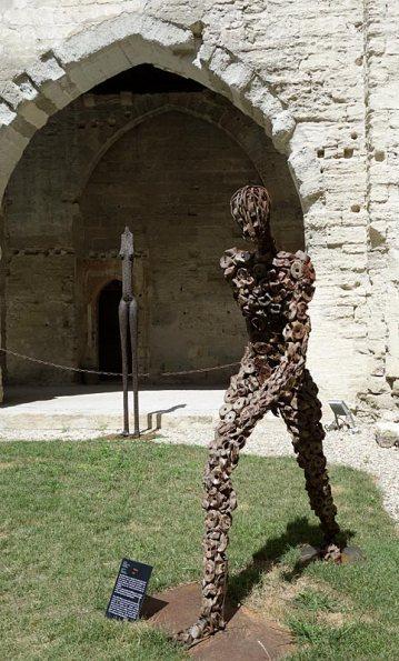 Ndary Lo, Le déchaussé, 2002. Exposition Les Eclaireurs - Cloître Beboît XII - Palis des Papes