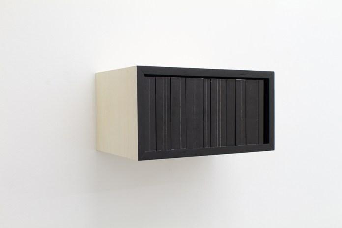 Les livres noirs, 2016, bibliothèque de 10 livres (250 à 1 000 pages), feutre noir, bois, 20,5 x 39 x 26 cm