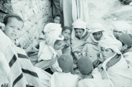 Fête de fin de la moisson, le repas des garçons, douar Tadjmout, 20 mai 1935 © Thérèse Rivière