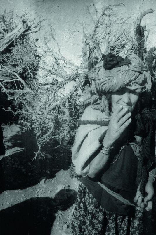 Femme portant du bois, douar Menaâ, 19 février 1935 © Thérèse Rivière